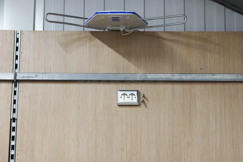 Opzettend contactdozen, installeer AC afzet met schroevedraaier stock foto's