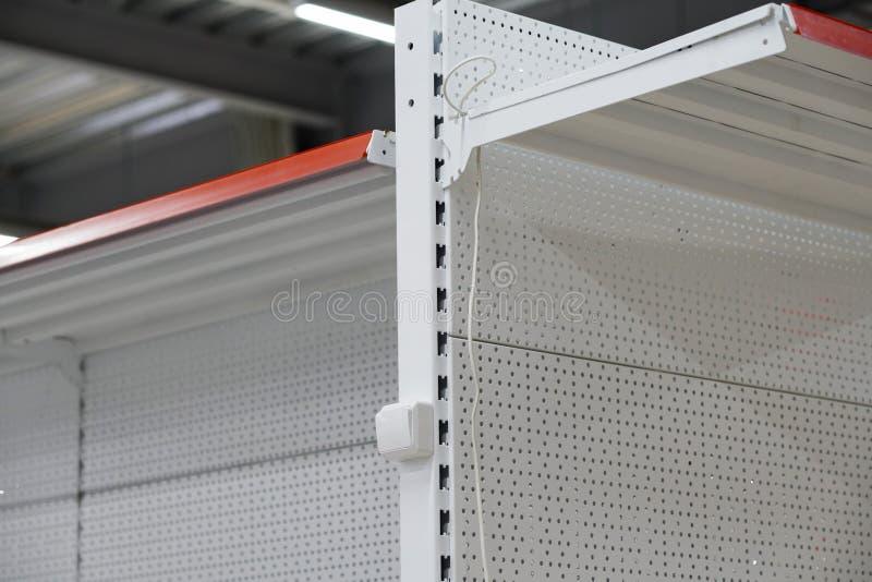 Opzettend contactdozen, installeer AC afzet met schroevedraaier stock afbeeldingen