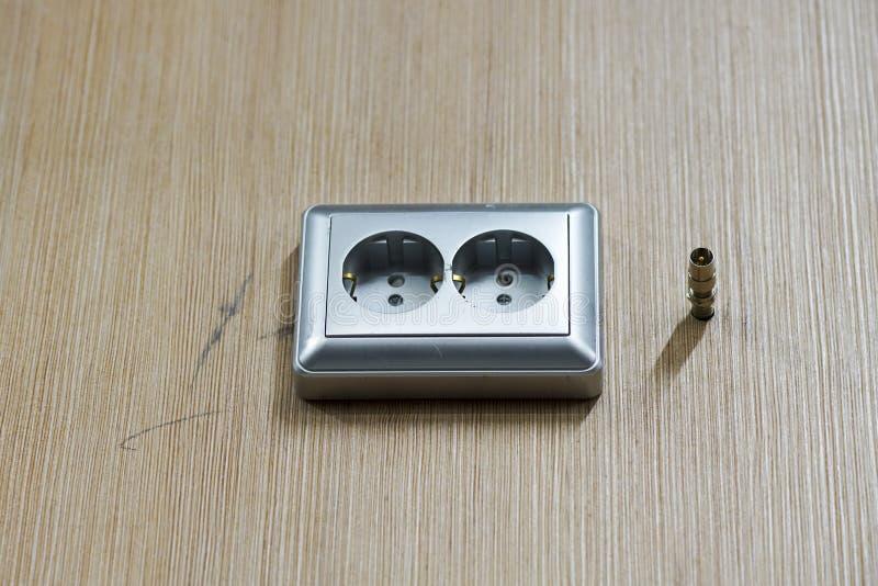 Opzettend contactdozen, installeer AC afzet met schroevedraaier royalty-vrije stock afbeeldingen