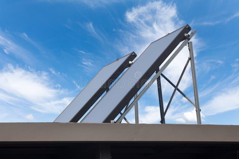 Opzettend Uitrustingen Zonnepv Dak Photovoltaic zonnestelsel op een metaal industrieel dak dat wordt geïnstalleerd stock foto