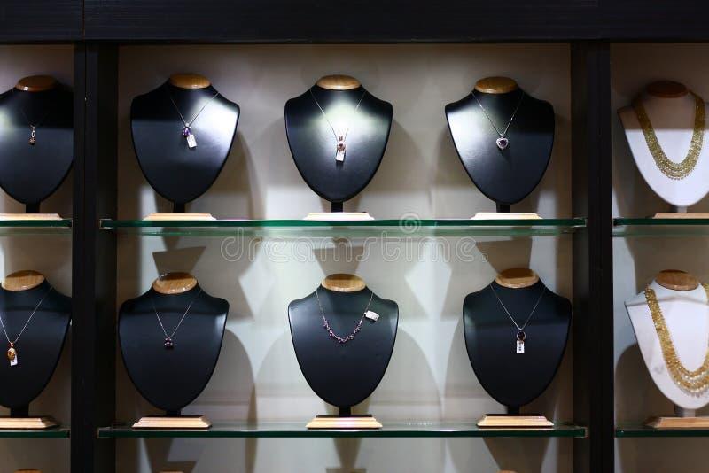 Opzioni d'acquisto della collana in una sala d'esposizione fotografia stock libera da diritti