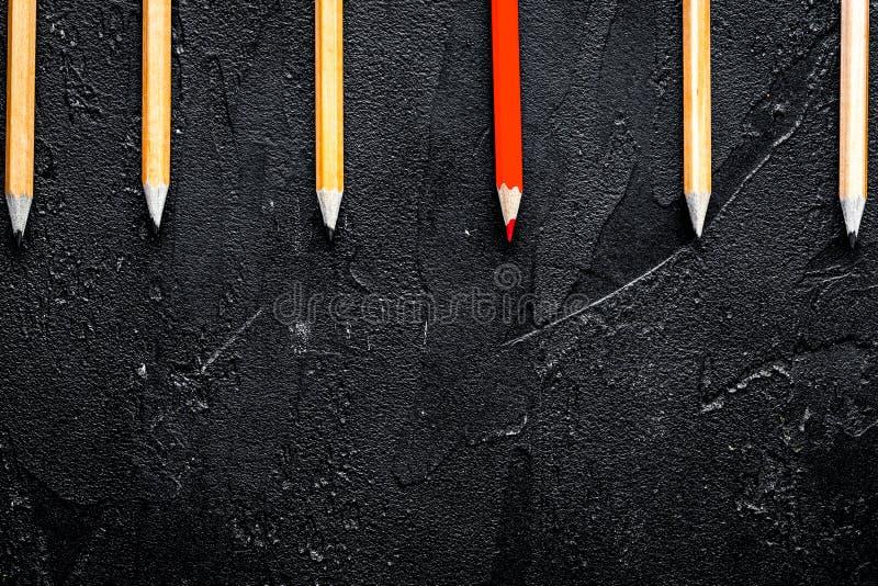 Opzioni di selezione di concetto con le matite sul principale scuro vi del fondo fotografia stock libera da diritti