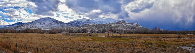 Oquirrh山脉雪冬天全景加盖了,包括宾厄姆峡谷矿或Kennecott铜矿,被传言的Th 图库摄影