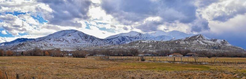 Oquirrh山脉雪冬天全景加盖了,包括宾厄姆峡谷矿或Kennecott铜矿,被传言的Th 免版税库存图片