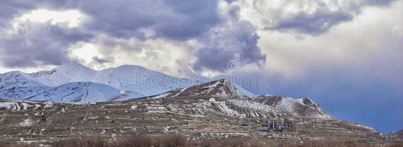 Oquirrh山脉雪冬天全景加盖了,包括宾厄姆峡谷矿或Kennecott铜矿,被传言的Th 免版税库存照片