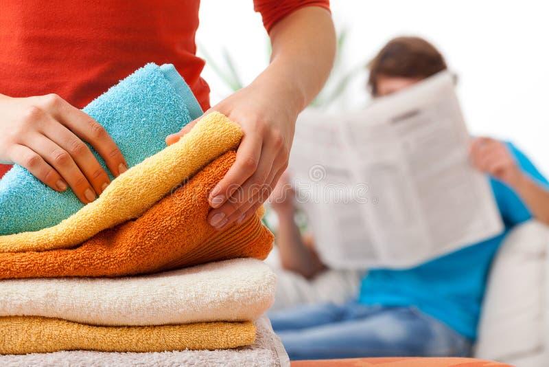 Orättvis fördelning av hushållarbetsuppgifter arkivfoton