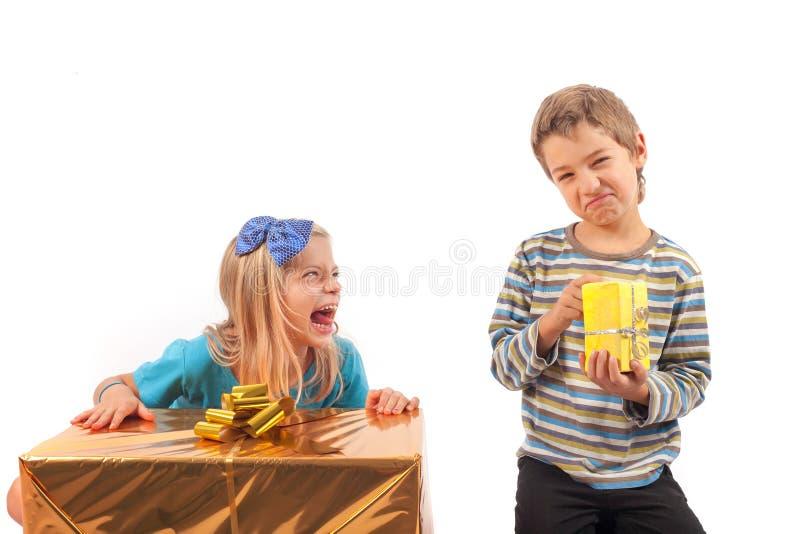 Orättvis gåva som ger sig - syskon arkivbild