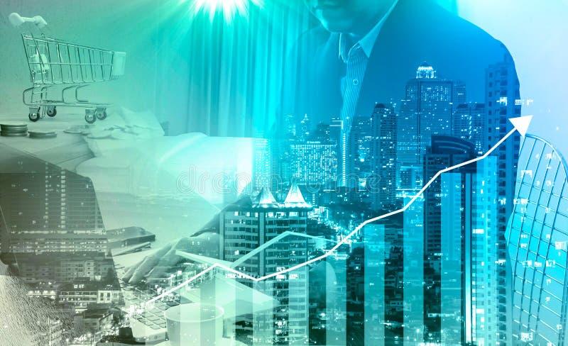 Orçamento calculador do homem de negócios antes de assinar o projec dos bens imobiliários fotos de stock