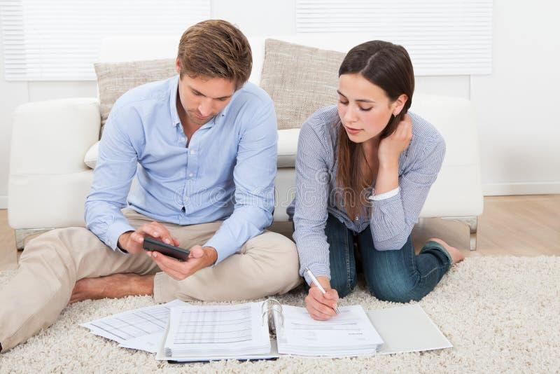 Orçamento calculador dos pares em casa imagens de stock royalty free