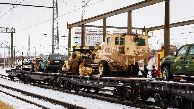 ORËL, RUSSIA - 25 FEBBRAIO 2019: Veicoli blindati catturati sul binario del treno La frattura siriana è azione della storia milit immagini stock libere da diritti