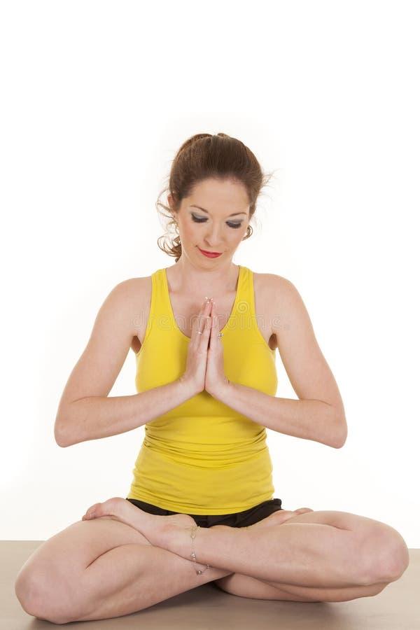 Oração amarela da ioga da camisola de alças da mulher fotografia de stock royalty free