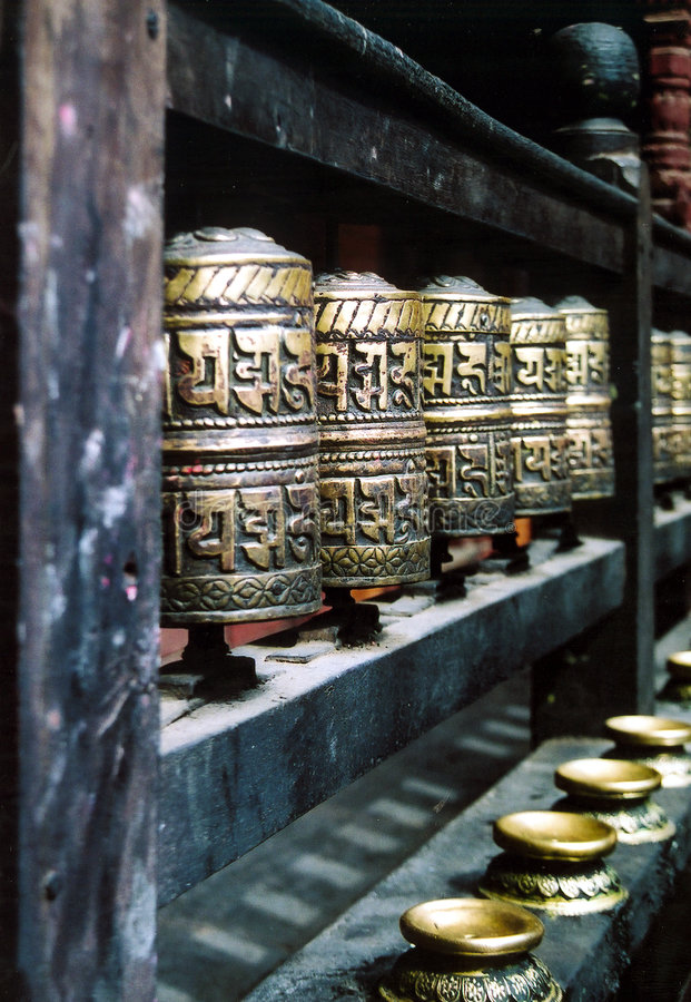 A oração budista roda dentro uma fileira 2 fotos de stock
