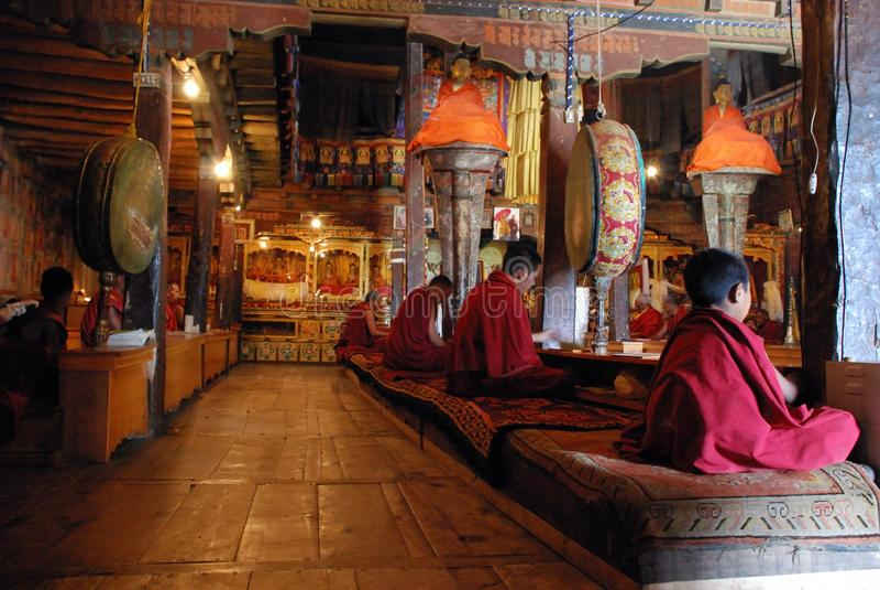 Oração da manhã em Thiksey Leh monastary fotografia de stock royalty free