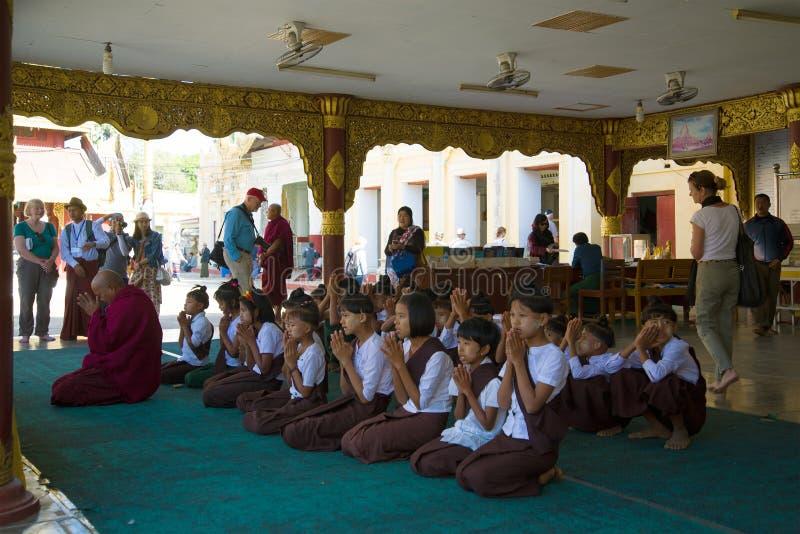 Oração da manhã no pagode de Shwedzigon imagens de stock royalty free