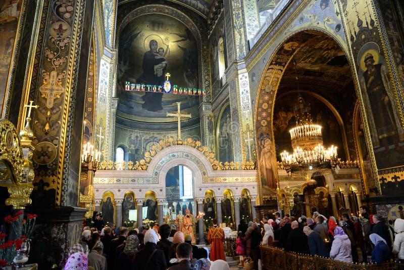 Oração da Páscoa na catedral de St. Vladimir em Kiev imagens de stock