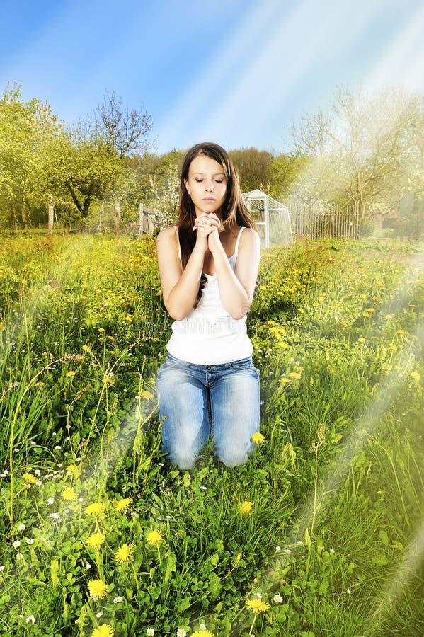 Oração das mulheres na grama verde foto de stock royalty free