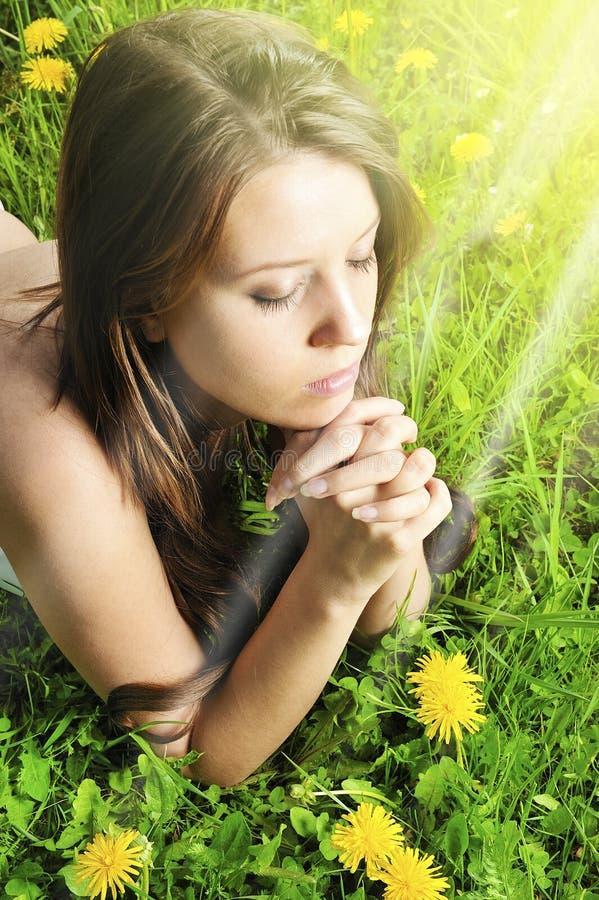 Oração das mulheres na grama verde fotos de stock royalty free