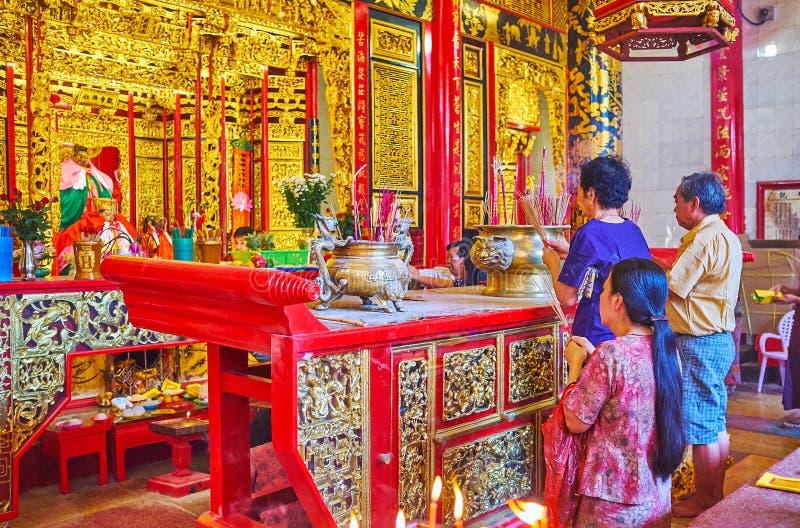 Oração do feriado no templo ornamentado, Yangon, Myanmar imagens de stock