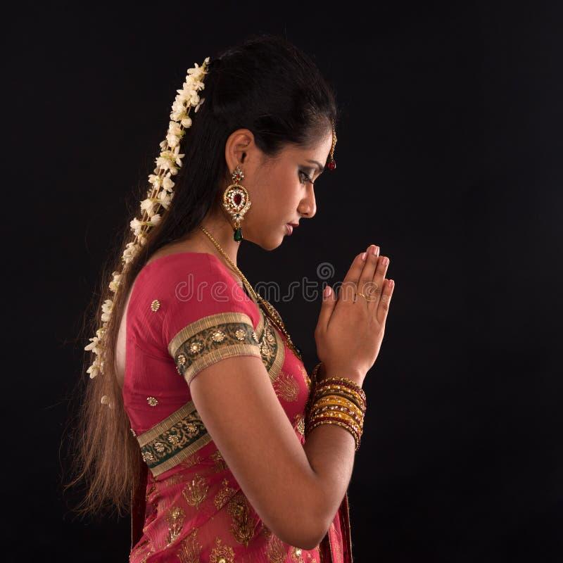 Oração indiana da mulher foto de stock