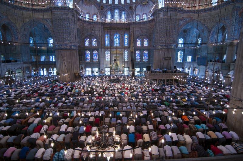 Oração muçulmana de sexta-feira, mesquita azul Turquia imagens de stock