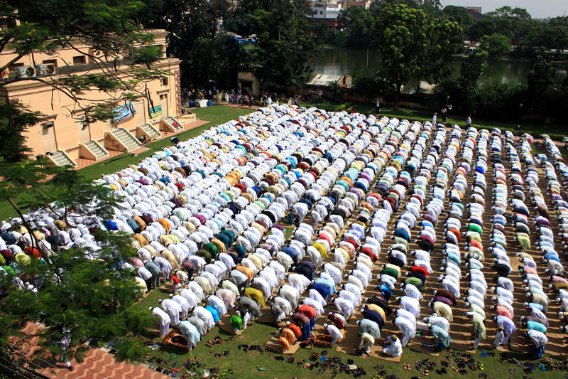 Oração muçulmana Um grupo de muçulmanos está rezando imagens de stock