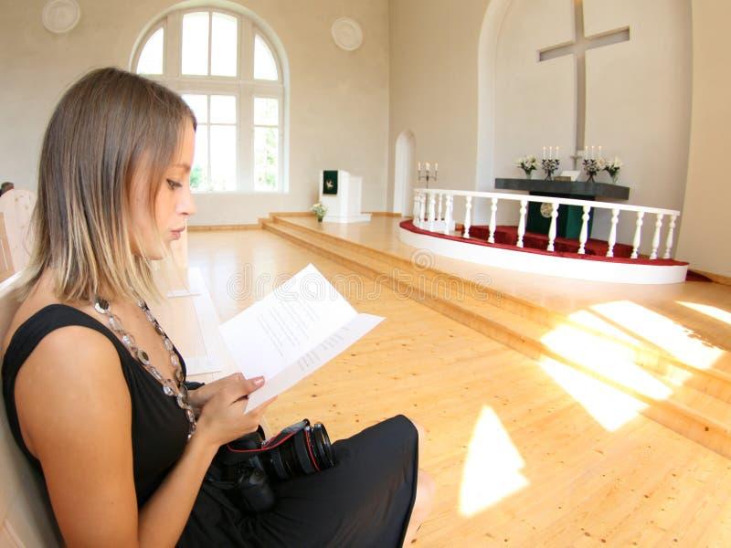 Oração na igreja imagens de stock