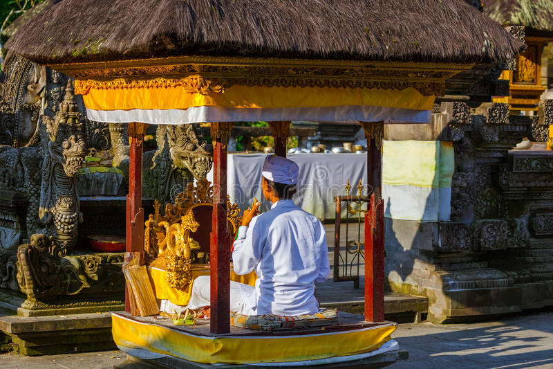 Oração no templo de Tirta Empul - ilha Indonésia de Bali fotografia de stock