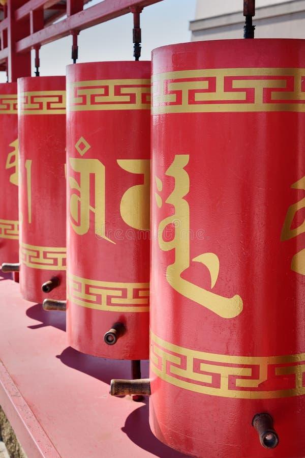A oração roda dentro o domicílio dourado complexo budista da Buda Shakyamuni Elista Rússia imagens de stock