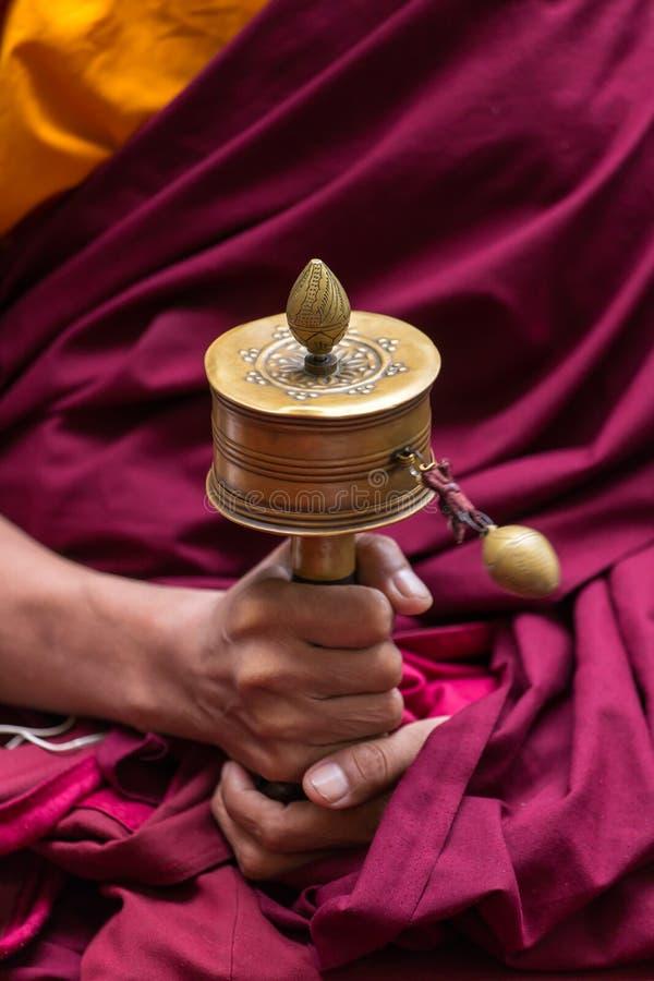 A oração tibetana roda dentro as mãos das monges fotos de stock royalty free