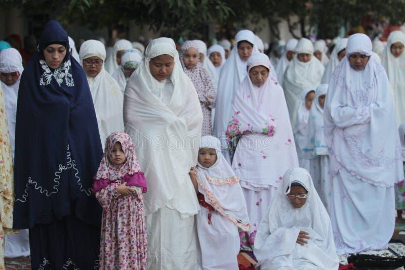 Orações de Eid al-Adha das crianças no pátio do palácio java de solo Indonésia com seus pais fotografia de stock