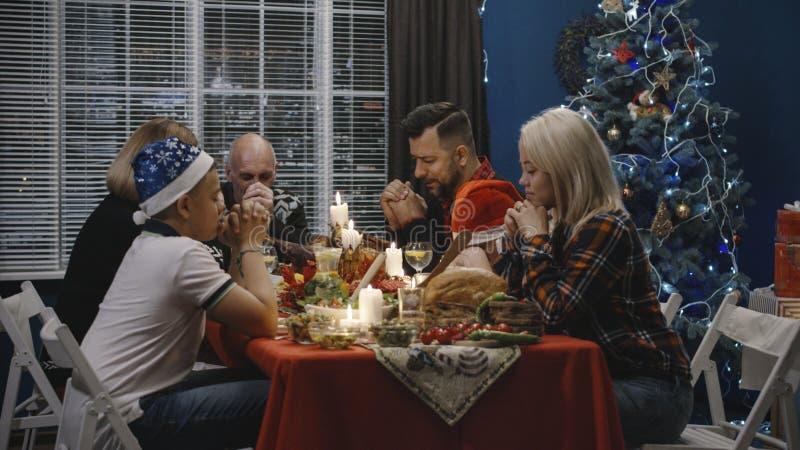 Orações de oferecimento da família antes da refeição da ação de graças imagem de stock