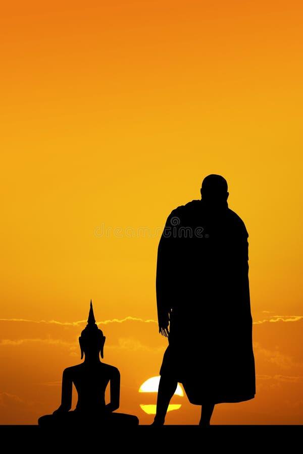 Orações dos budistas das monges à Buda imagens de stock