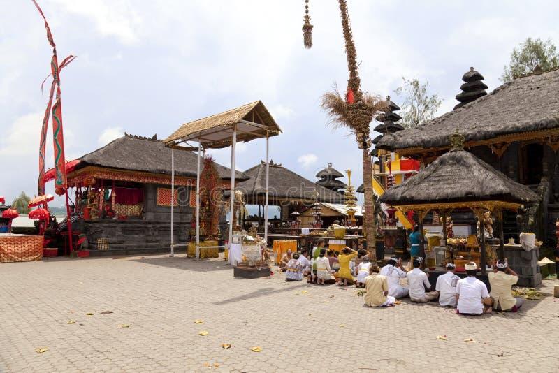 Orações em Pura Ulun Danu Batur, Bali, Indonésia imagens de stock