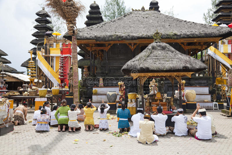 Orações em Pura Ulun Danu Batur, Bali, Indonésia imagem de stock