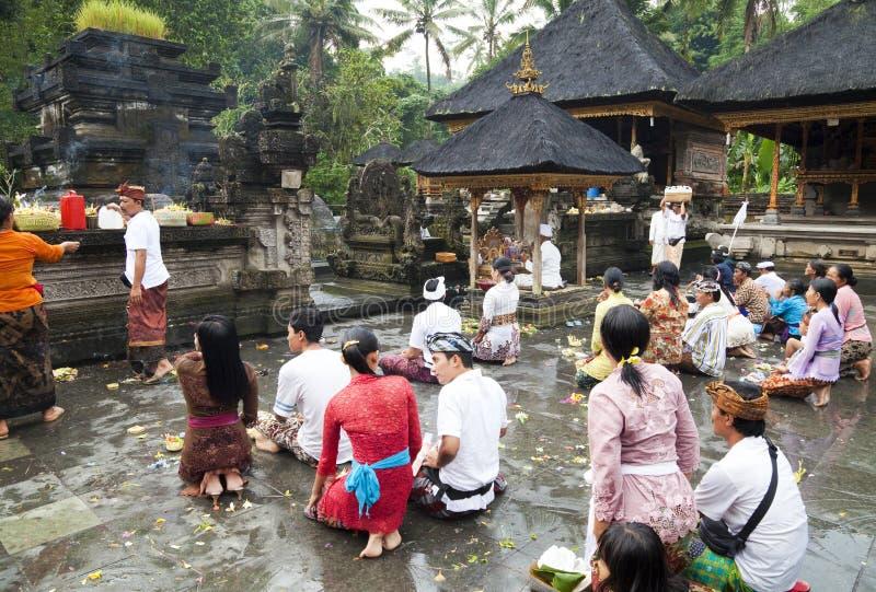 Orações em Tirtha Empul, Bali, Indonésia imagens de stock royalty free