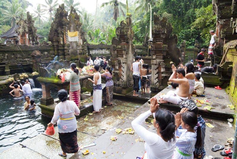 Orações em Tirtha Empul, Bali, Indonésia fotografia de stock royalty free