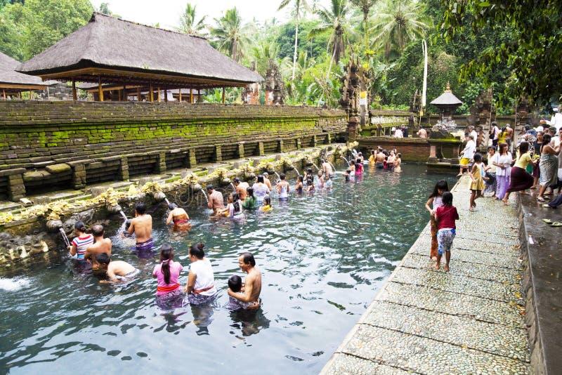 Orações em Tirtha Empul, Bali, Indonésia imagem de stock
