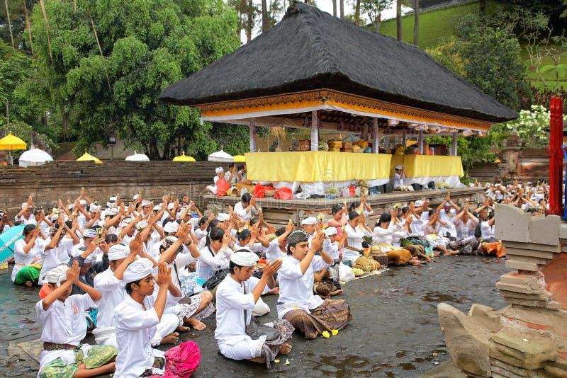 Orações no templo de Puru Tirtha Empul, Bali foto de stock