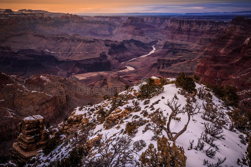 Ora crepuscolare di inverno su Grand Canyon immagini stock libere da diritti