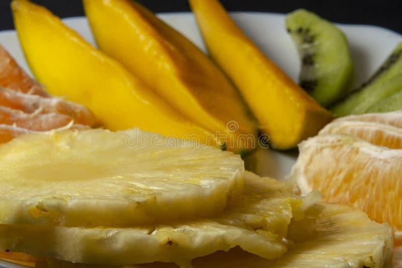 Ora de fruits tropicaux, de kiwi, de mangue, d'ananas, d'orange et de mandarine image libre de droits