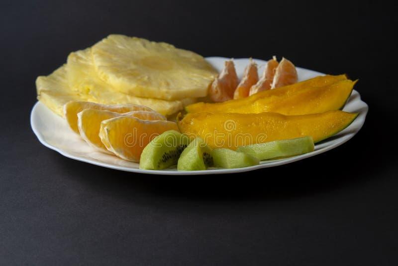 Ora de fruits tropicaux, de kiwi, de mangue, d'ananas, d'orange et de mandarine photo stock