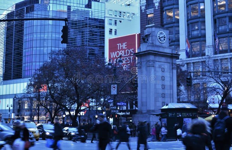 Ora di punta occupata ammucchiata di scena di sera di Manhattan di Midtown della via della gente di NYC fotografie stock libere da diritti