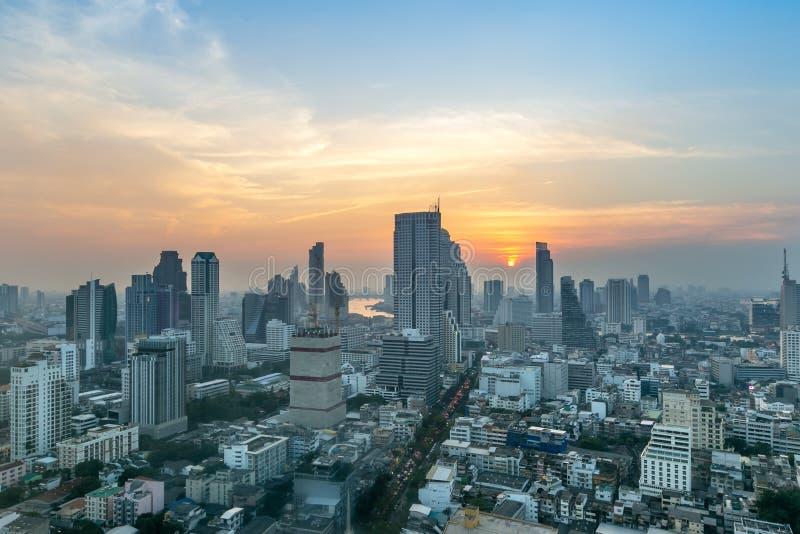 Ora dorata della torre urbana Tailandia dell'orizzonte di Bangkok di paesaggio urbano del centro metropolitano della città fotografie stock libere da diritti