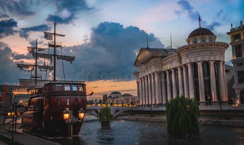 Ora dorata sopra la città di Skopje, la Repubblica Macedone fotografia stock libera da diritti