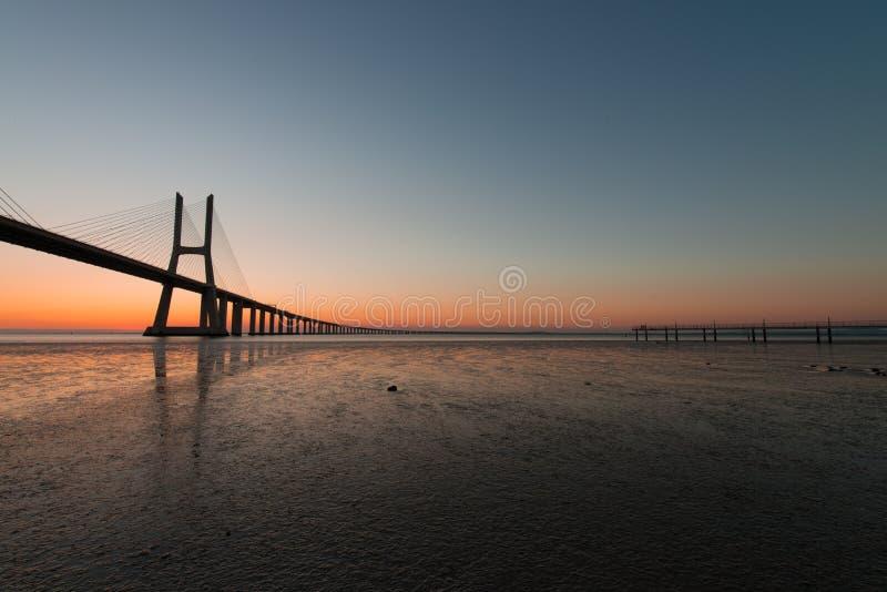 Ora dorata a Vasco de Gama Bridge a Lisbona Ponte Vasco de Gama, Lisbona, Portogallo immagini stock libere da diritti