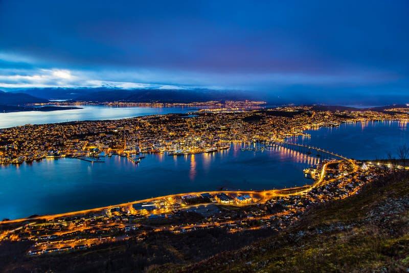 Ora legale di vista panoramica della città di notte di Tromso Norvegia fotografia stock libera da diritti