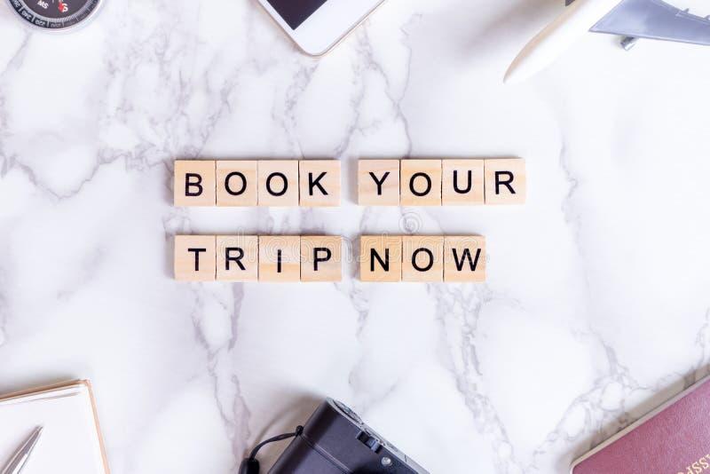 Ora prenoti il vostro manifesto dell'invito di viaggio con testo e gli accessori di lusso di viaggio immagine stock libera da diritti