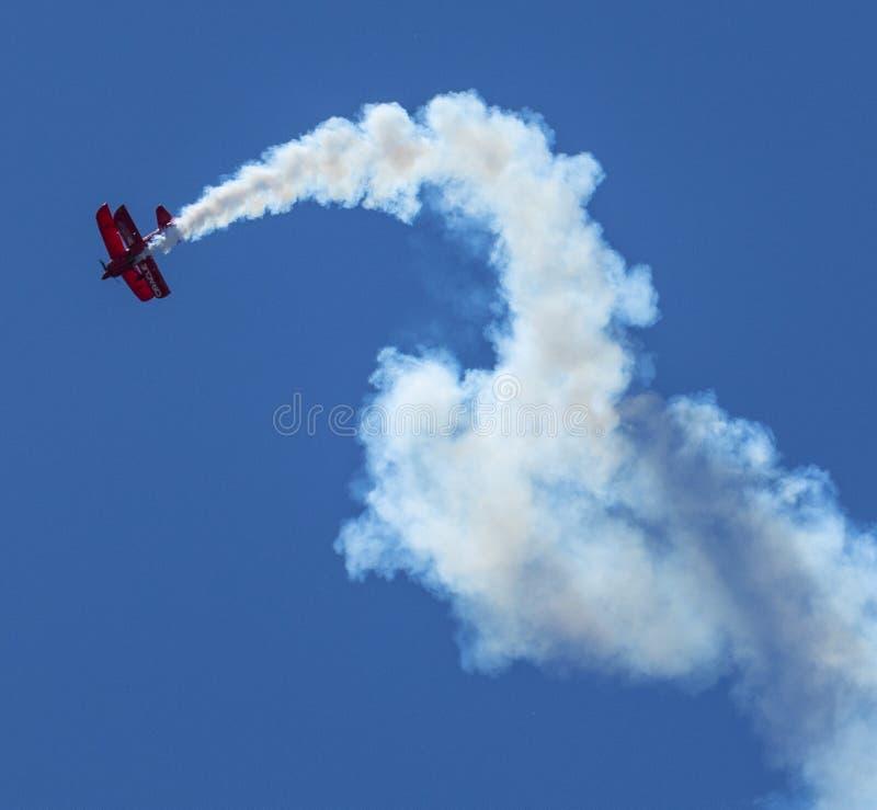 Oracle-Bremsungsdoppeldecker, der im Himmel hinterlässt Spur des Rauches sich verdreht lizenzfreie stockbilder