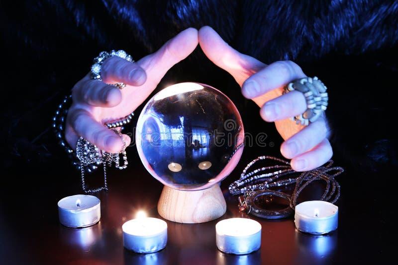 Oracle che dice a gwith futuro globo di vetro su una tavola immagini stock