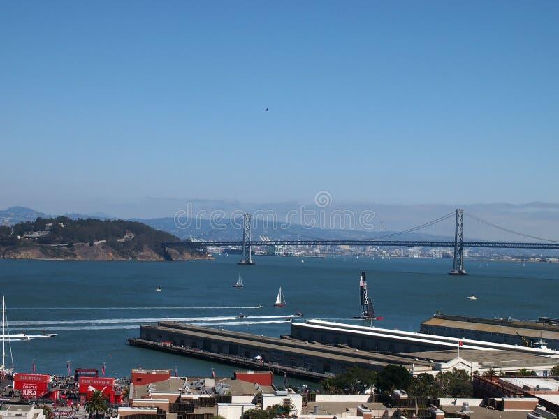Oracle Team USA laufen in Richtung zur Bucht-Brücke während des Rennens stockfotografie